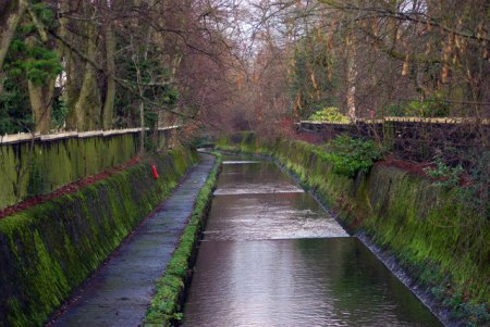 This image courtesy of www.geograph.org.uk, has a caption that reads: The River Rea alongside Cannon Hill Park, Birmingham This section of the Rea is canalised, and has a walkway alongside that nobody uses, people preferring to walk through the park instead.