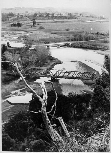 Old and new Raumai Bridge 1973.jpg